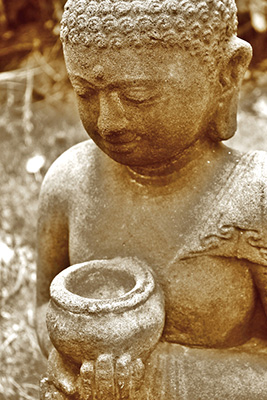 Buddha-Figur-haelt-Steinschale-in-Haenden
